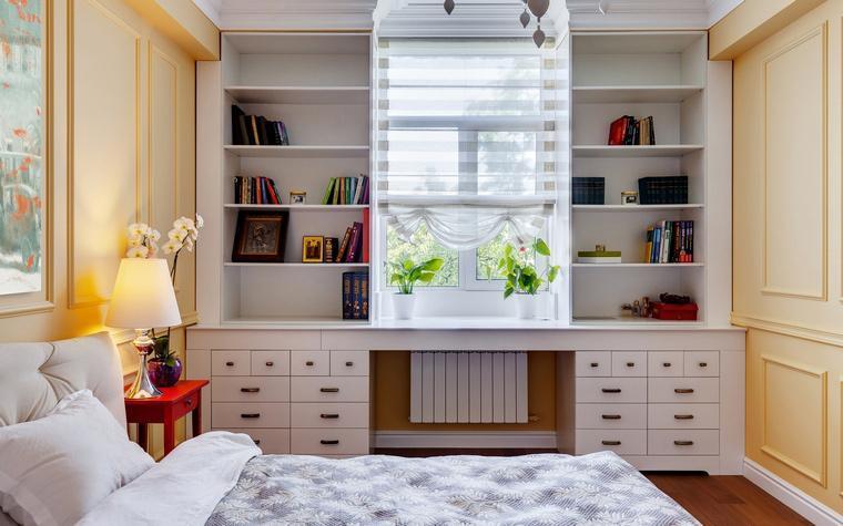 Интерьер спальни в классическом стиле (в бело-жетлых тонах)