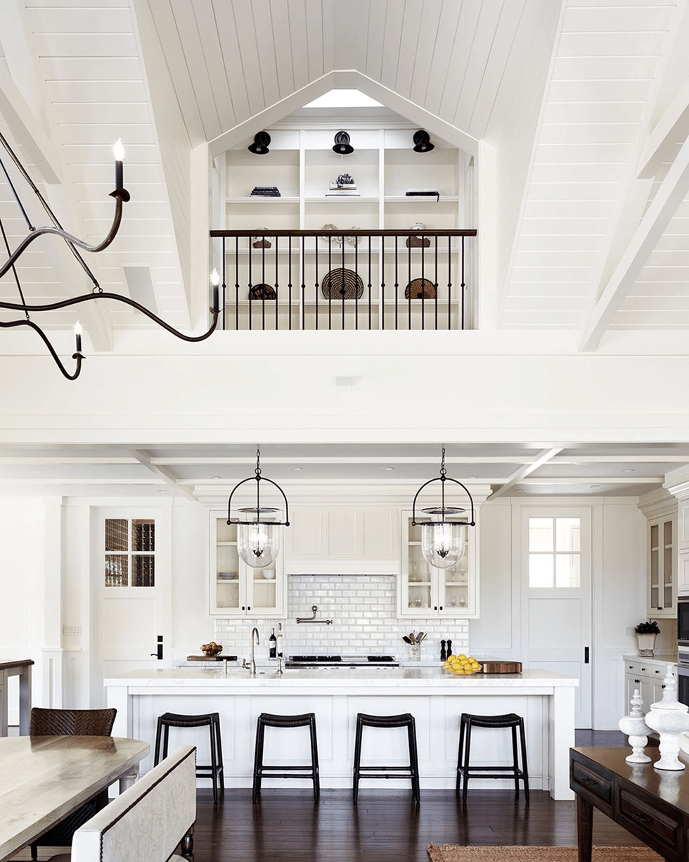 Дизайн интерьера кухни с высокими потолками